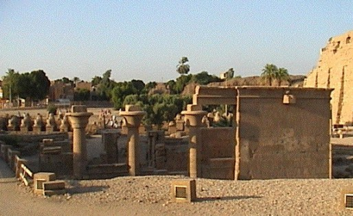 Parvis_Karnak_d.jpg