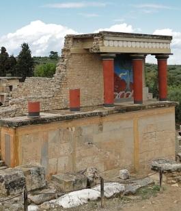 800px-Knossos_-_North_Portico_02.jpg